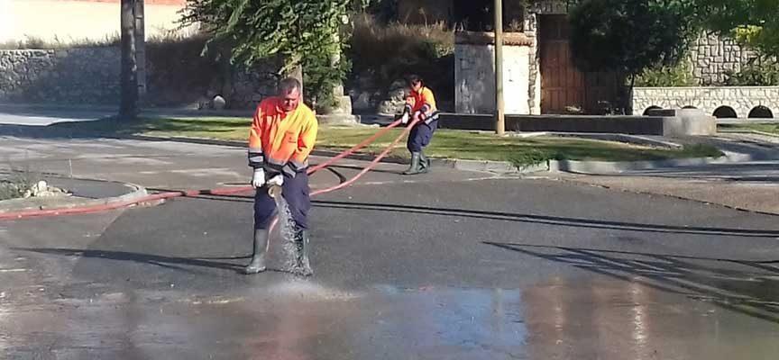 La Diputación colabora en la limpieza del fango generado por la tormenta en las calles de Vallelado