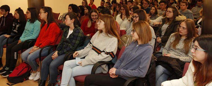 Los empresarios alentaron a los alumnos de secundaria a emprender en la comarca en el encuentro organizado por Honorse