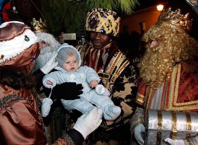 Los Reyes Magos llenan a su paso la comarca de magia e ilusión