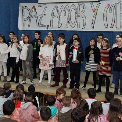 Los alumnos del colegio San Gil cantan por la paz, el amor y la música