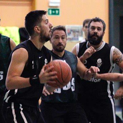 El Baloncesto Cuéllar masculino rompe su racha negativa y vence al Club Basket Segovia
