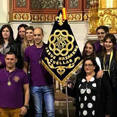 Terciopelo morado e hilos de oro decoran el nuevo banderín de la Banda del Nazareno