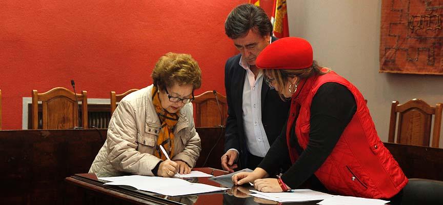 Firma-convenio-asociaciones-ayuntamiento-escuellar