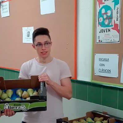 El IES Marqués de Lozoya distribuye fruta entre alumnos y profesores para fomentar una vida saludable
