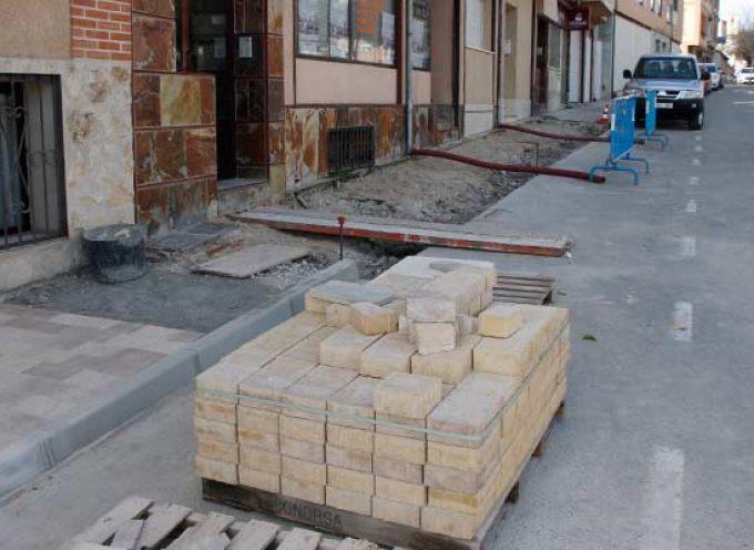 La renovación de aceras continúa por las calles Bartolomé de la Cueva y Severo Ochoa