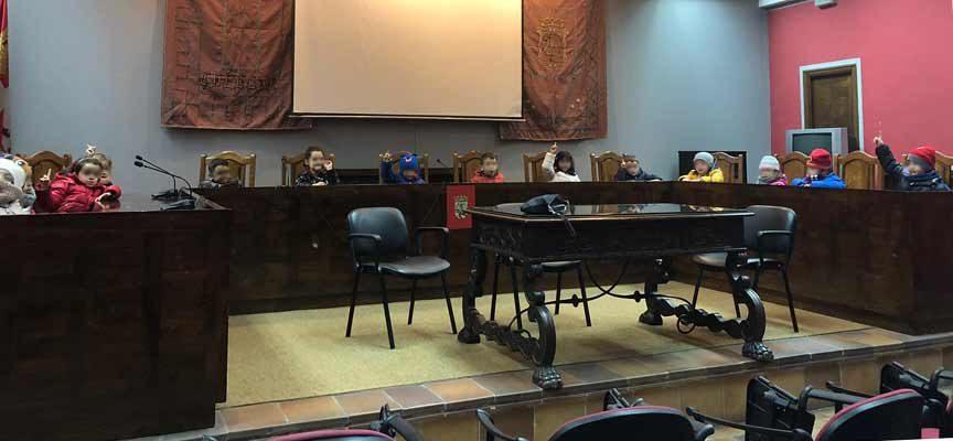 El Ayuntamiento abre sus puertas a una veintena de alumnos del colegio Santa Clara