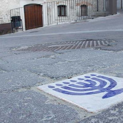 Turismo instala nuevos adoquines de señalización en La Judería de Cuéllar