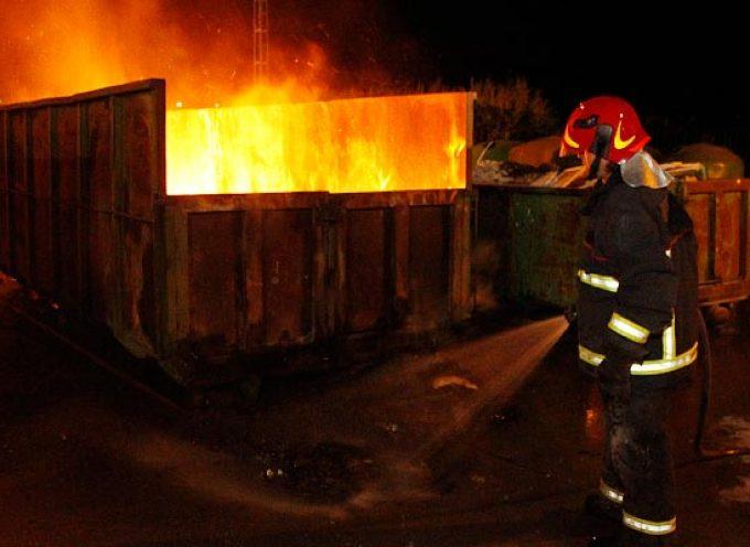 Arden dos contenedores de cartón y madera en el Punto Limpio de Cuéllar