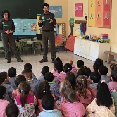Agentes medioambientales de la Junta participan en una jornada de educación ambiental en el colegio de Cantalejo
