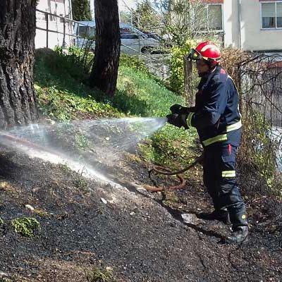Los bomberos sofocaron un incendio en la ladera de la plaza de los Lavaderos