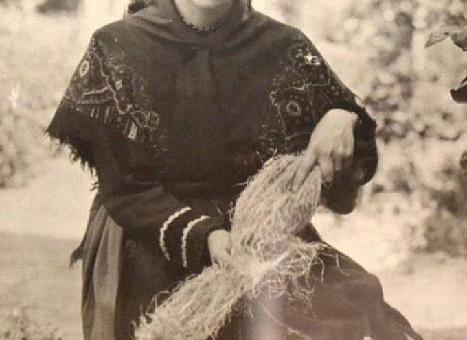 La fotografía `Mujer cardando´ del cuellarano padre Benito de Frutos, pieza del mes del Museo de Segovia