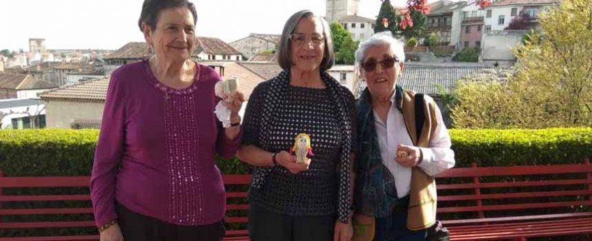 Los usuarios del Centro de Día disfrutaron decorando y rodando los huevos de Pascua