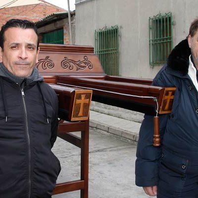 Carlos Garrote y Sebastián Segura arriman el hombro para portar al Cristo Yacente
