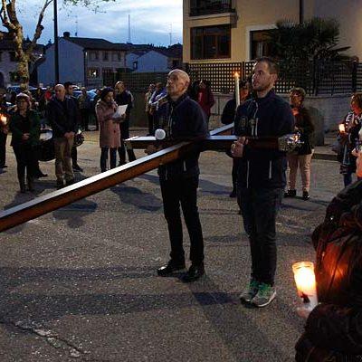 Los tambores resonaron en el traslado de la Cruz del Nazareno