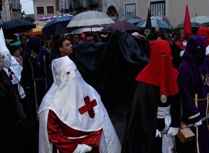 La lluvia desluce el Vía Crucis y el traslado del Cristo del Calvario