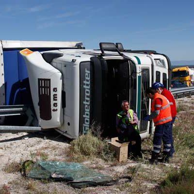 El vuelco de un camión corta al tráfico la A 601 en sentido Valladolid a su paso por Cuéllar