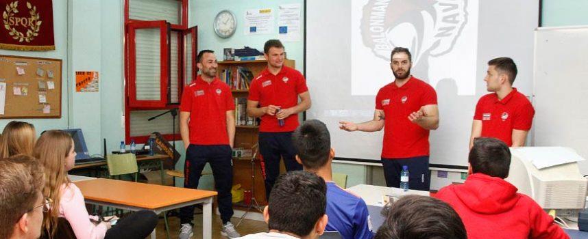 Jugadores del Balonmano Nava trasladaron la importancia del trabajo, el esfuerzo y la constancia a alumnos de secundaria de Cuéllar