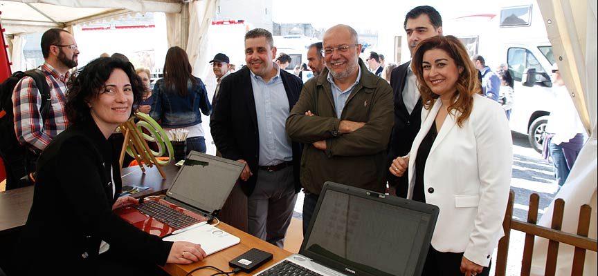 Los candidatos de Ciudadanos visitaron el estand de esCuellar en la Feria