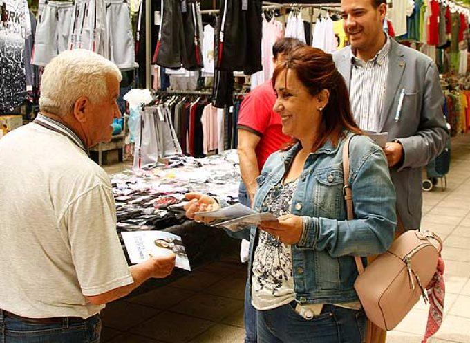 IU-UP, PP Y PSOE han visitado hoy el mercado semanal haciendo llegar sus propuestas a los vecinos