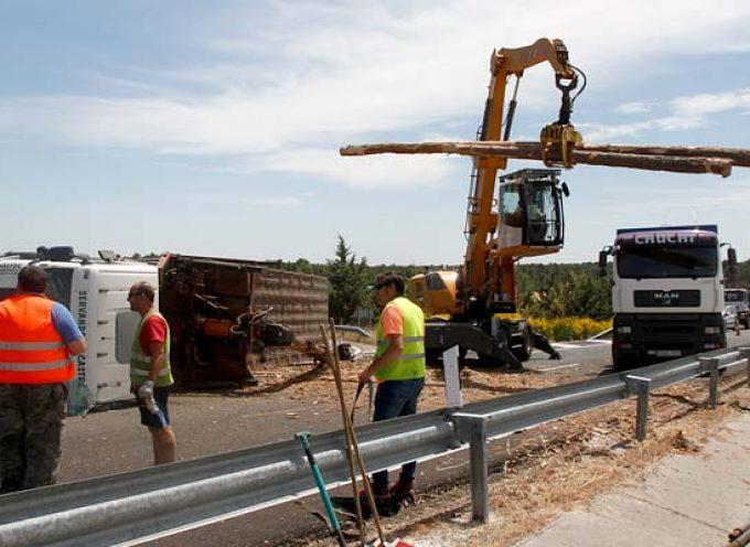 El vuelco de un camión corta al tráfico un tramo de la Autovía de Pinares
