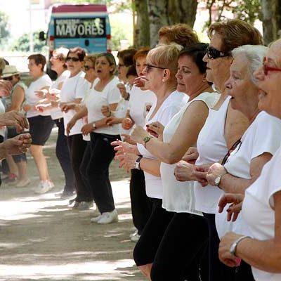 Cuatrocientos mayores disfrutan de la jornada de convivencia organizada por el Centro de Día en la Huerta del Duque