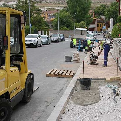 El Ayuntamiento acondiciona la acera de la calle Fotógrafo Rafael