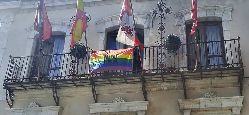 La bandera arcoiris luce en el Ayuntamiento de Cuéllar con motivo del Día del Orgullo Gay