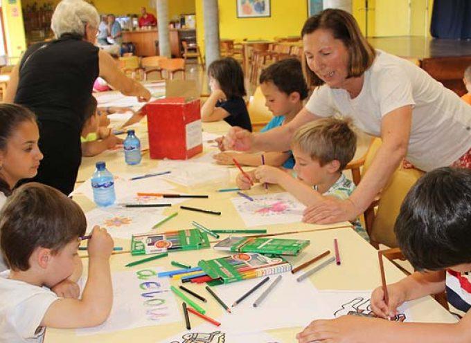 Una treintena de niños disfrutan de los talleres intergeneracionales del Centro de Día de Personas Mayores