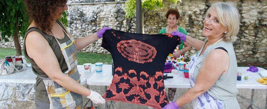 Cultura acerca la artesanía textil con talleres con lana y de teñido artesanal de telas