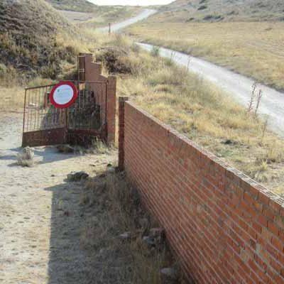 El Ayuntamiento estudiará la situación urbanística del muro de ladrillo de El Embudo