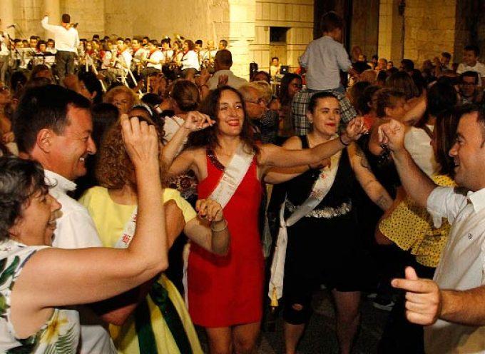 Centenares de personas iniciaron la cuenta atrás para las fiestas en el concierto `A por ellos´