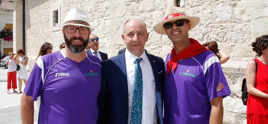 El alcalde posa con dos peñistas