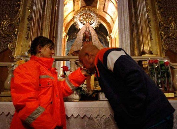 Centenares de personas acuden a su cita con la Virgen de El Henar a pesar de la climatología
