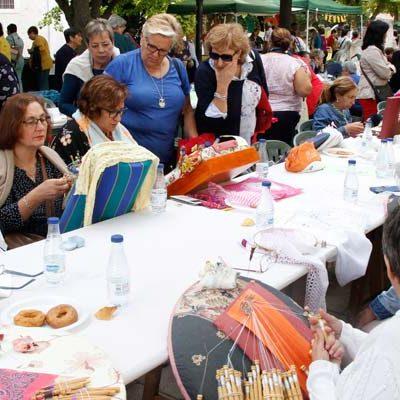 Los encajes y bordados toman los Paseos de San Francisco en la V Feria Entre Costuras y Tradición