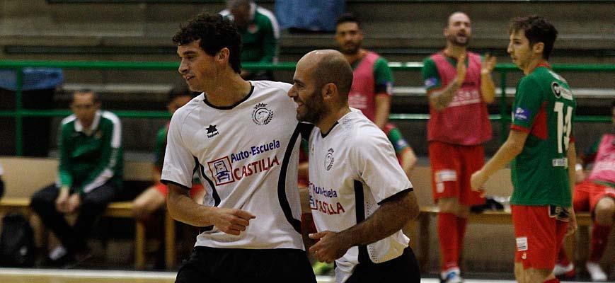 """Racing Cuéllar, Pablo (izquierda) y Carlos """"Corrus"""" celebran un gol ante el Intersala Zamora en Cuéllar"""