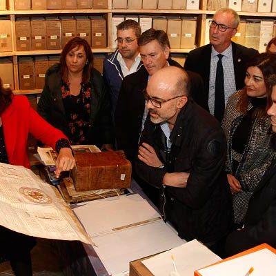 El consejero de Cultura subraya la importancia de la digitalización de documentos en su visita al Archivo Ducal