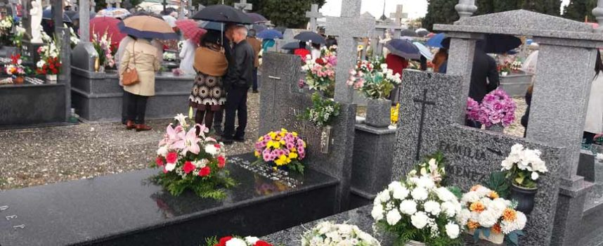 Centenares de personas visitan hoy los cementerios de la comarca