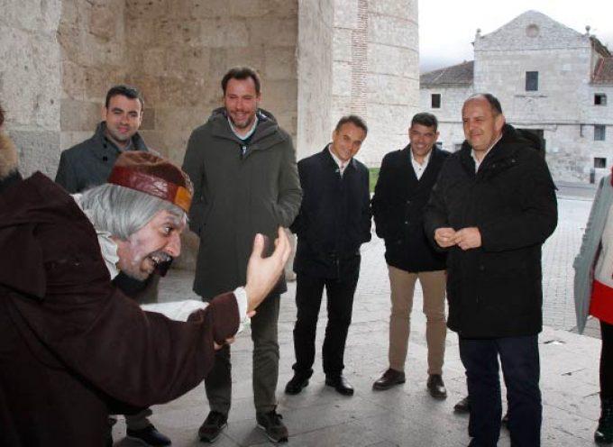 Óscar Puente abre vías de colaboración con el Ayuntamiento en su visita a la villa