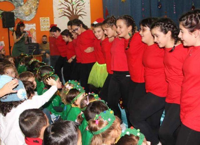 Los escolares inician sus vacaciones al ritmo de villancicos y coreografías