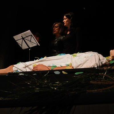 Poesía, literatura y teatro se unieron en la presentación de `Cierva acosada´