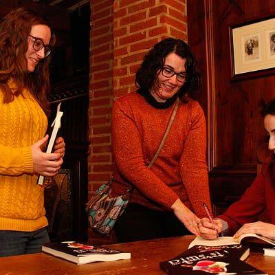 Calurosa acogida a la primera novela de Eva Gómez
