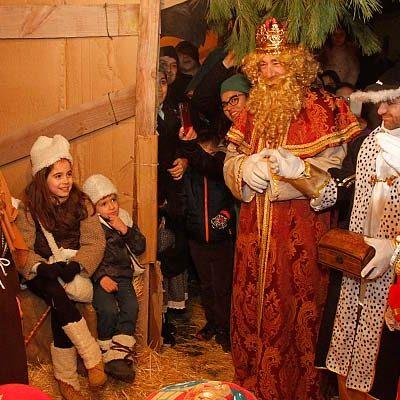Los Reyes Magos se abren paso entre la niebla con su cabalgata
