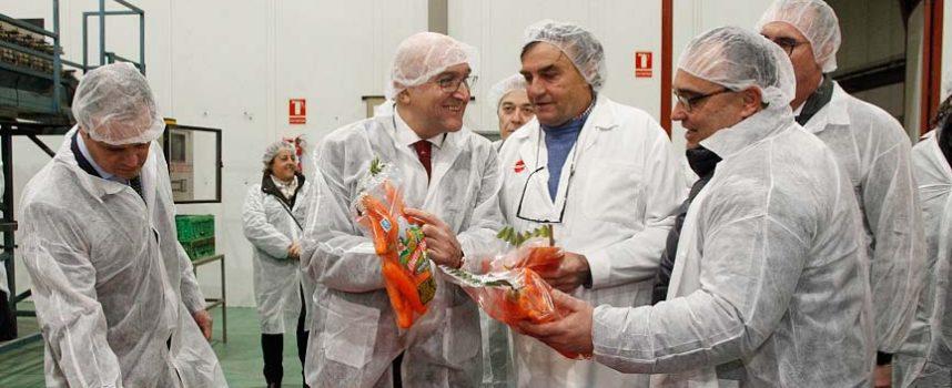 El consejero de Agricultura destaca el papel de las cooperativas en el mundo rural en su visita a Glus