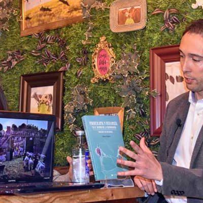 El cuellarano Rubén de Miguel presentó su libro sobre fisioterapia y tauromaquia en Sevilla