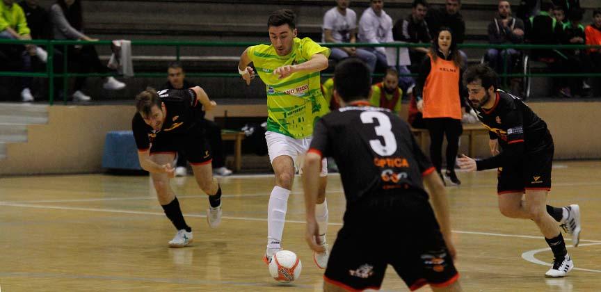 Julio, del FS Cuéllar Cojalba, conduce el balón entre varios jugadores del AD Sala 2012.