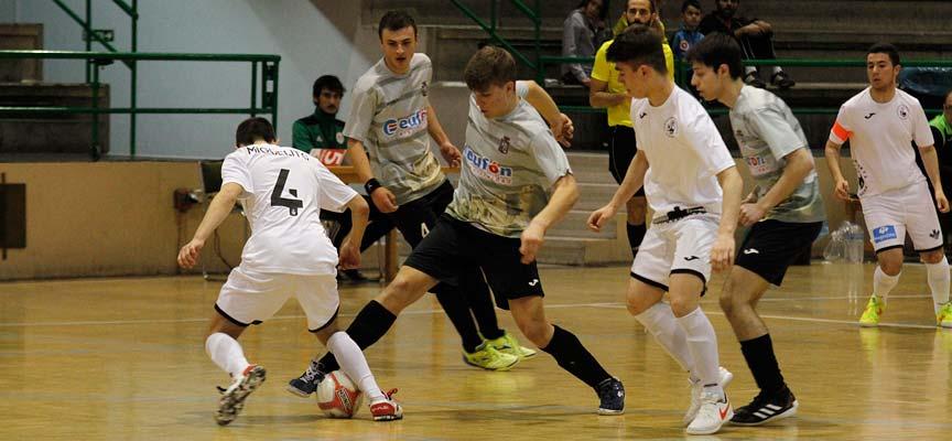 Jugada del partido entre el FS Cuéllar juvenil y el Ríver Zamora disputado en Cuéllar
