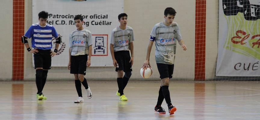 Jugadores del FS Cuéllar juvenil tras encajar un gol en un partido disputado en Cuéllar.