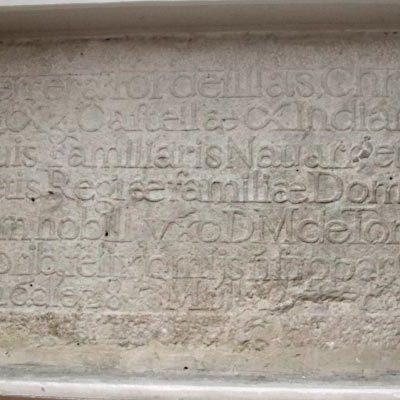 Mª Carmen Gómez solicita la puesta en valor de la lápida funeraria de Antonio de Herrera y Tordesillas