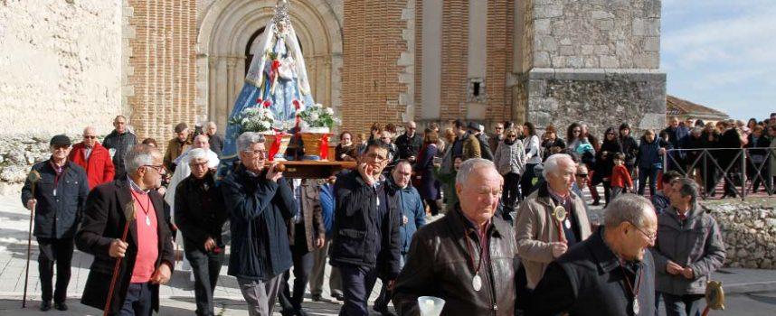 La virgen de Las Candelas recorrió el barrio de San Andrés al son de la dulzaina y el tamboril