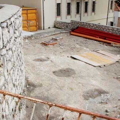El hallazgo arqueológico de varios silos paraliza las obras de reforma de la plaza del Campo